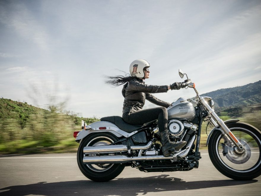eine Frau, die eine Harley Davidson fährt.